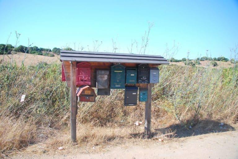 Cassette della posta nel mezzo del nulla della Sardegna