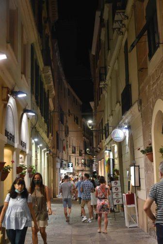 Italia-Sardenia-Alghero-città-vecchia-notte