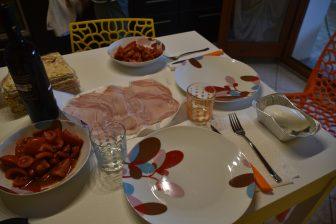 イタリア サルディニア島 アルゲーロ ハム モッツァレラチーズ トマト 皿 ワイン カラサウ