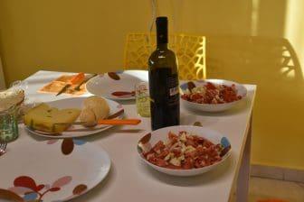 イタリア サルディニア島 アルゲーロ 簡単な夕食 テーブル ワイン サラダ チーズ
