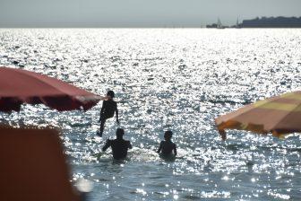 イタリア サルディニア島 アルゲーロ ビーチ マリア・ピア 海 光 人々