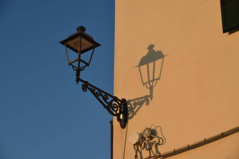 walking tour in Alghero : the flag and the language
