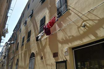 イタリア サルディニア島 アルゲーロ 旧市街 建物 窓 洗濯物