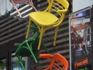 Romania, Bucarest – sedie colorate, apr. 2014