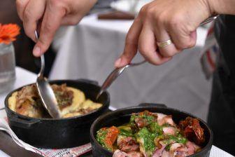 アルゼンチン肉の専門店、ラ・カブレラのプロヴォレータ2種