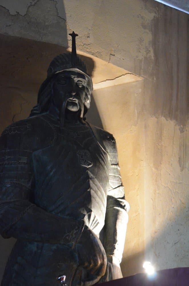 Romania, Hunedoara – statua, apr. 2014 (Hunedoara)