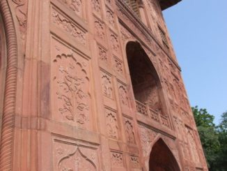 India, Delhi – reddish wall, Sept. 2006