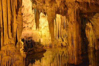 Una grotta calcarea chiamata Grotta di Nettuno