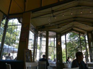 公園内のカフェと物価