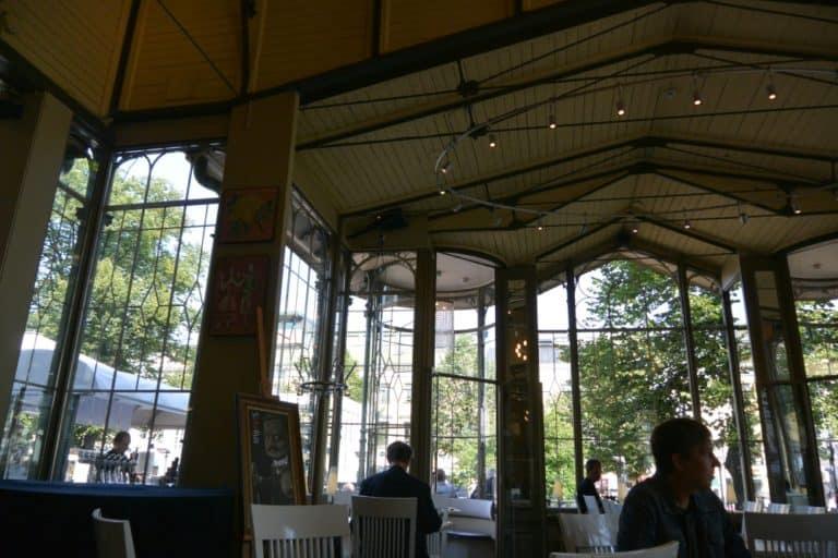 Una caffetteria nel parco e il costo della vita a Helsinki