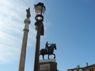 Italy, Padua – statues and lamp 2011