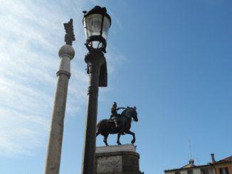 Italy, Padua – statues and lamp 2011