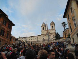 Pieno di gente a Piazza di Spagna