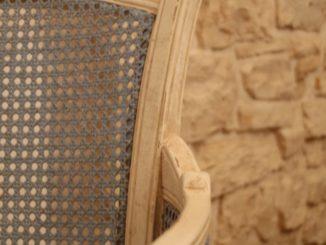 イタリア、アルベロベッロ--トゥルッロの中の椅子 2013年4月
