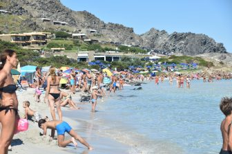 Sardegna-La Pelosa-spiaggia-affollata