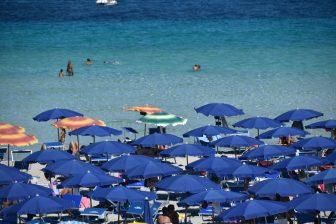 イタリア サルディニア スティンティーノ ラ・ペローザ パラソル 海
