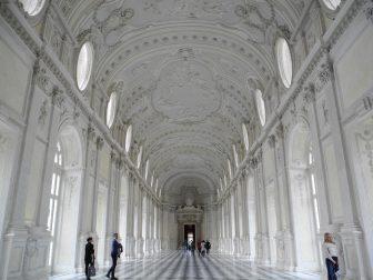 ヴェナリア宮殿を見学する