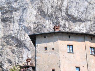 岩にへばりつく修道院