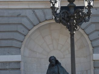 Spain, Madrid – statue and lamp, Mar.2014