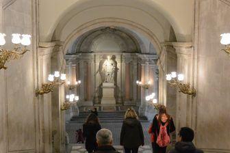 マドリード、マヨール広場-回廊と男 2018年1月