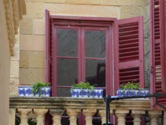 Malta, Mdina – red window frame, Feb. 2013
