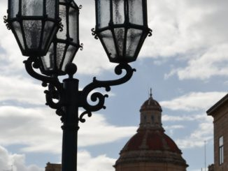Malta, Valleta – lamp and dome, Feb.2013
