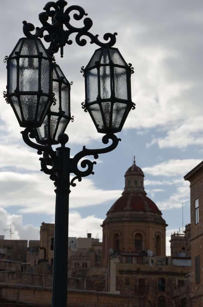 Malta, Valleta – lamp and dome, Feb.2013 (Valletta)