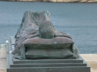 Malta, Valleta – statue, Feb.2013
