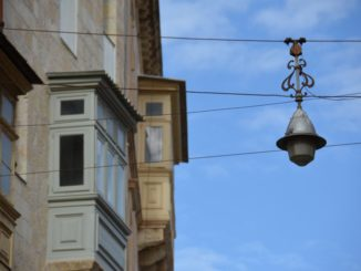 Malta, Mdina – lamp and bay window, Feb. 2013