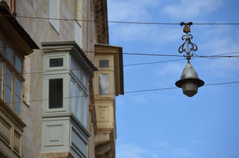 Malta, Mdina – lamp and bay window, Feb. 2013 (Valletta)