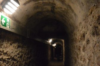 Francia-Parigi-Catacombe-corridio-scuro-stretto