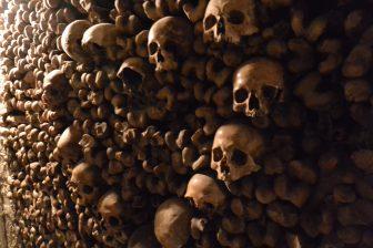 Francia-Parigi-Catacombe-muro-ossa-teschi