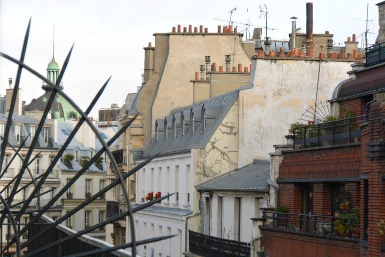 大騒動の渦中のパリへ