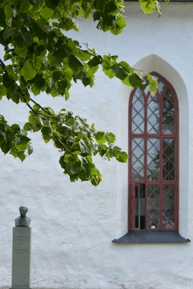 old town – window and statue, Aug.2015 (Porvoo)