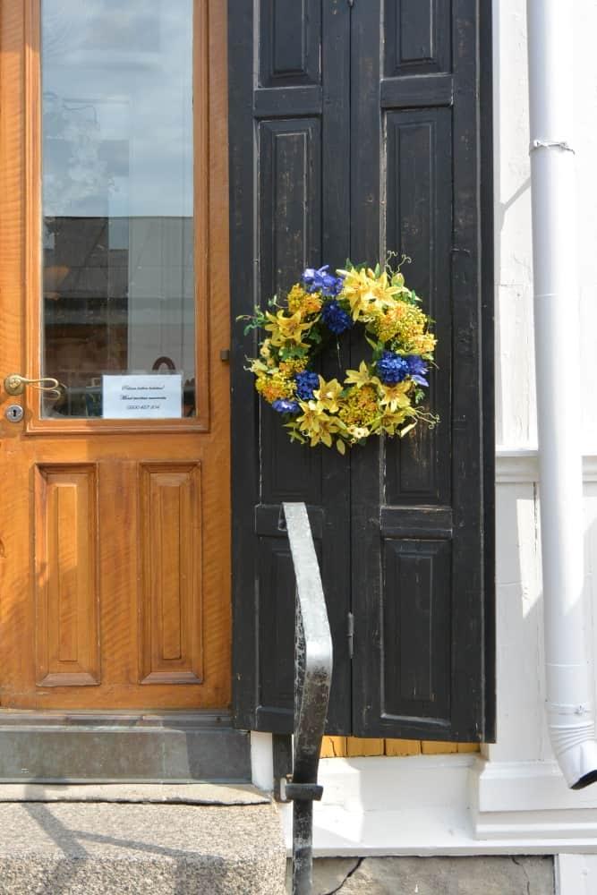 old town – door with the wreath, Aug.2015 (Porvoo)