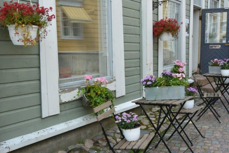 old town – flowers and chairs, Aug.2015 (Porvoo)