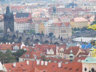 チェコ、プラハ-すし詰めの橋 2013年9月