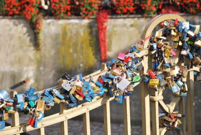 Numerosi lucchetti sul fiume Vltava a Praga
