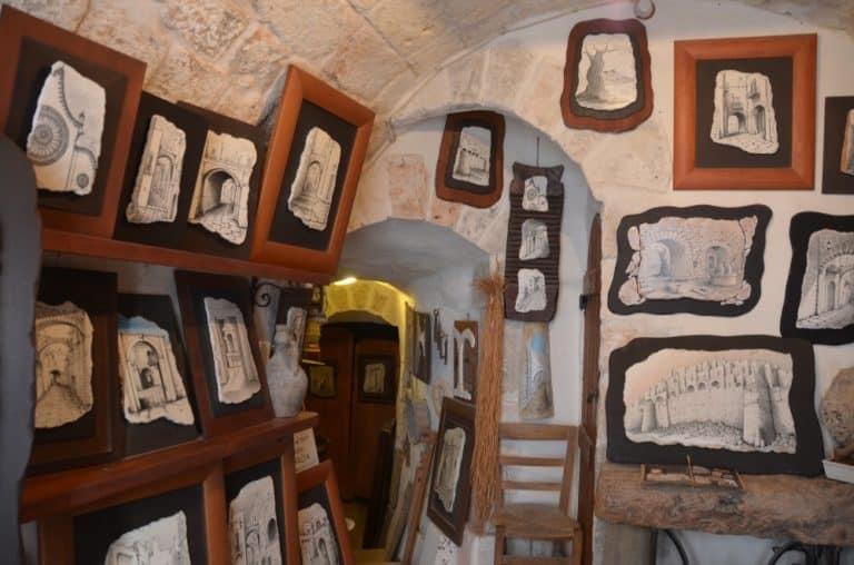 石に描かれたオストゥーニ