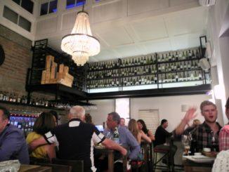 Degustare vino cileno in un ristorante alla moda