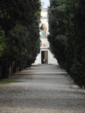 納骨堂のあるサン・ピエトロ教会への道