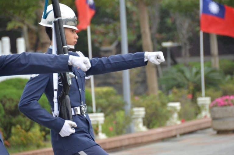 Qui al Tempio dei Martiri di Taipei le guardie sono alte