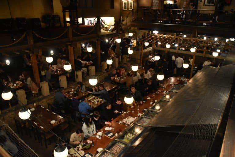 夕食は南麻布の道場のようなレストランで
