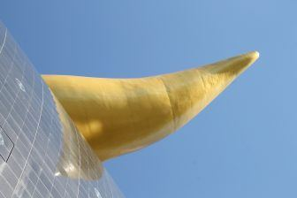 La scultura chiamata cacca d'oro a Tokyo