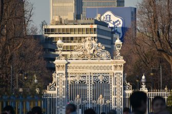 Japón-Tokio-Akasaka Palace-State Guest House-front gate-buildings-people