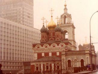 Mosca – chiesa e palazzo moderno, april 1980