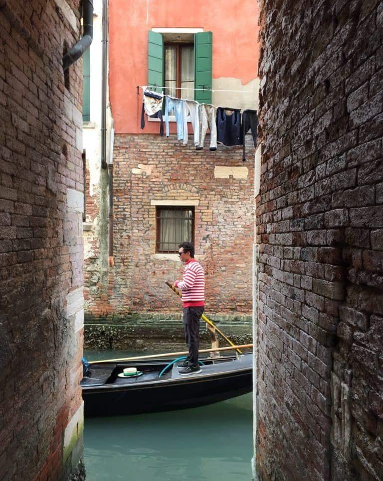 Venezia – gondola and washing, Apr.2017 (Venice)