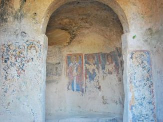 Anche qui una chiesa nella grotta