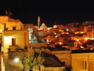Un incantevole panorama notturno a Matera