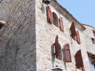 Mostar – house with windows, Apr. 2009